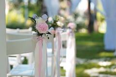 Tenderless boutonnieres na ślubów krzesłach na each stronie archway fotografia royalty free