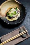 Tenderloin βόειου κρέατος με τα νουντλς σάλτσας και γυαλιού, σκοτεινό υπόβα στοκ εικόνες