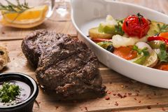 Tenderloin βόειου κρέατος μπριζόλα με τα ψημένα λαχανικά ratatouille Στοκ εικόνα με δικαίωμα ελεύθερης χρήσης