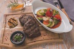 Tenderloin βόειου κρέατος μπριζόλα με τα ψημένα λαχανικά ratatouille Στοκ φωτογραφίες με δικαίωμα ελεύθερης χρήσης