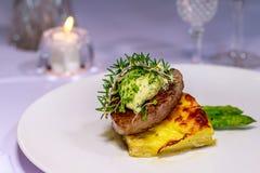 Tenderloin του Angus με Pommes Boulangerre και σπαράγγι Στοκ φωτογραφία με δικαίωμα ελεύθερης χρήσης