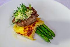 Tenderloin του Angus με Pommes Boulangerre και σπαράγγι Στοκ Εικόνα