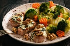 Tenderloin χοιρινού κρέατος έψησε με το μπλε τυρί και μαγείρεψε σε κατσαρόλα τα λαχανικά Στοκ Φωτογραφία