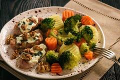 Tenderloin χοιρινού κρέατος έψησε με το μπλε τυρί και μαγείρεψε σε κατσαρόλα τα λαχανικά Στοκ εικόνα με δικαίωμα ελεύθερης χρήσης