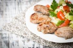 Tenderloin свинины зажарил с chees салата и фета свежего овоща Стоковая Фотография