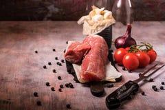 Tenderloin свинины и другие ингридиенты на винтажной деревянной доске Стоковая Фотография