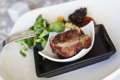 Tenderloin свинины с салатом салата овечки, и высушенные абрикосы Стоковые Изображения RF