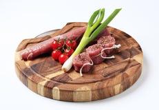 Tenderloin e vegetais crus de carne de porco Fotografia de Stock Royalty Free