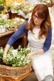Tendero maduro sonriente de Small Business Flower del florista de la mujer Fotografía de archivo