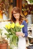 Tendero maduro sonriente de Small Business Flower del florista de la mujer Fotos de archivo libres de regalías