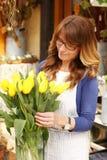 Tendero maduro sonriente de Small Business Flower del florista de la mujer Foto de archivo libre de regalías