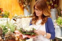 Tendero maduro sonriente de Small Business Flower del florista de la mujer Imagen de archivo libre de regalías