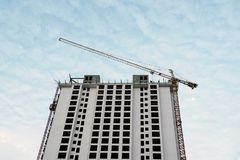 Tendez le cou le ciel bleu de gratte-ciel d'appartement de résidence de condominium de chantier de construction images libres de droits