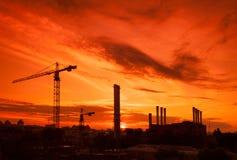 Tendez le cou dans le chantier de construction sous le coucher du soleil Photographie stock libre de droits