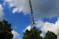 Tendez le cou les bâtiments construits par soleil et logez le métal de structure d'industrie du bâtiment Photographie stock