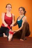 Tendine del ginocchio che allunga esercitazione Fotografie Stock Libere da Diritti