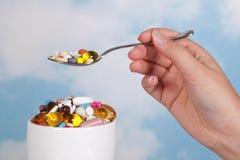 Tendo comprimidos para o pequeno almoço Imagem de Stock