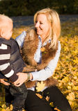 Tendo o divertimento com mamã. fotografia de stock royalty free