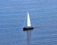 Tendo o divertimento em um veleiro em Puget Sound imagens de stock royalty free