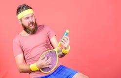 Tendo o divertimento Lazer ativo do tênis Fundo vermelho da raquete de tênis da posse do moderno do atleta à disposição Vintage d foto de stock royalty free