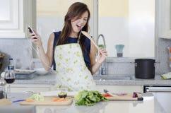 Tendo o divertimento na cozinha foto de stock royalty free