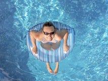 Tendo o divertimento na piscina Imagem de Stock Royalty Free