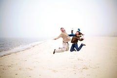 Tendo o divertimento na praia fotos de stock