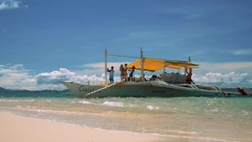 Tendo o divertimento no barco da guiga na praia branca da areia filme