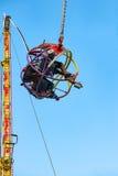 Tendo o divertimento no tirante com mola reverso no parque de diversões Fotos de Stock Royalty Free