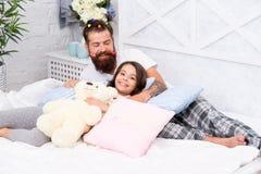 Tendo o partido de pijamas do divertimento Partido de descanso Fatherhood feliz Amigos pr?ximos Paizinho e menina que relaxam no  imagens de stock