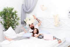 Tendo o partido de pijamas do divertimento Partido de descanso Fatherhood feliz Término da noite louca Quarto de relaxamento do p fotografia de stock royalty free