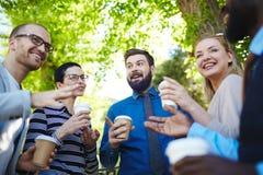 Tendo a ruptura de café com colegas fotos de stock royalty free