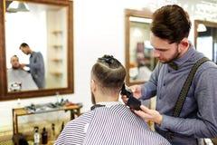 Tendo um corte de cabelo novo Foto de Stock Royalty Free