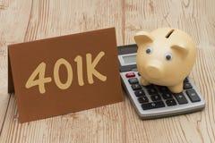 Tendo um plano 401k, um mealheiro de A, um cartão e uma calculadora dourados sobre Foto de Stock Royalty Free