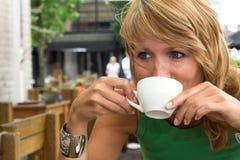 Tendo uma chávena de café Foto de Stock Royalty Free