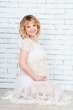 Tendresse attendant la naissance du bébé Image stock