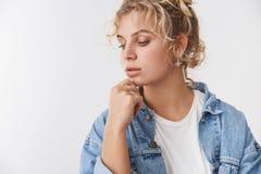 Tendresse, concept de mode de mode de vie Le tour femelle de Scandinave aux cheveux bouclés blond beau sensuel a laissé le regard photos libres de droits