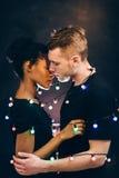Tendresse d'homme et de femme, amour et connexion Images libres de droits
