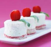 Tendresse de lait caillé sur des biscuits d'air avec une fraise Photographie stock libre de droits