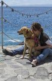 Tendresse et amour entre la femme et le chien Image libre de droits