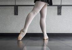 Tendu-Derriere-Ballett-Art lizenzfreie stockfotografie