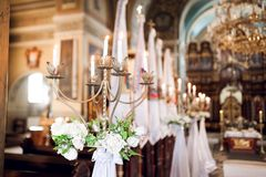 Tenedor de Candel en la iglesia adornada para la ceremonia de boda Foto de archivo