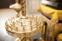 Tenedor de Candel en la iglesia adornada para la ceremonia de boda Imagenes de archivo