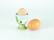 Tenedor de cerámica del huevo de la granja linda aislado Imagen de archivo libre de regalías