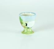 Tenedor de cerámica del huevo de la granja linda aislado Imagenes de archivo