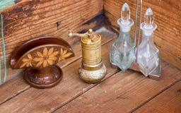 Tenedor de la servilleta, amoladora y aceite y botellas del vinagre Foto de archivo libre de regalías