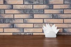 Tenedor de la servilleta con las servilletas de papel en la tabla imagen de archivo libre de regalías
