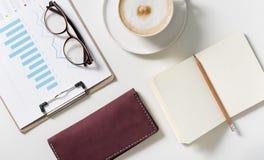 Tenedor de la tarjeta de visita que miente en el escritorio Imágenes de archivo libres de regalías