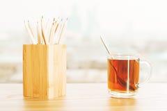 Tenedor de la taza de té y del lápiz Imagen de archivo libre de regalías