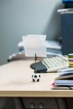 Tenedor de nota con el balón de fútbol Fotografía de archivo